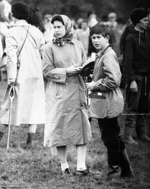 1961, Μπάτμιντον.  Ο 12χρονος πρίγκιπας Κάρολος με τη μητέρα του, βασίλισσα Ελισάβετ, παρακολουθούν αγώνες ιππασίας. Η Ελισάβετ, κλείνει σήμερα τα 93 της χρόνια.