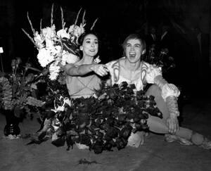 """1965, Νέα Υόρκη.  Οι χορευτές Μαργκό Φοντέιν και Ρούντολφ Νουρέγιεφ έχουν μόλις ολοκληρώσει την παράσταση """"Ρωμαίος και Ιουλιέτα"""", στο Metropolitan Opera House στη Νέα Υόρκη. Η κουρτίνα άνοιξε 33 φορές για να υποκλιθούν στο ενθουσιώδες κοινό που τους χειρ"""