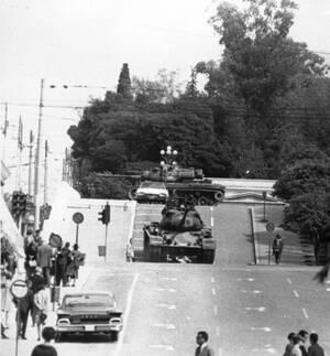 1967, Αθήνα.  Τεθωρακισμένα οχήματα στους δρόμους της Αθήνας. Τα ξημερώματα, μια ομάδα αξιωματικών του στρατού, υπό την ηγεσία του συνταγματάρχη Γεωργίου Παπαδόπουλου, με τη συμμετοχή του ταξίαρχου τεθωρακισμένων Στυλιανού Παττακού και του συνταγματάρχη