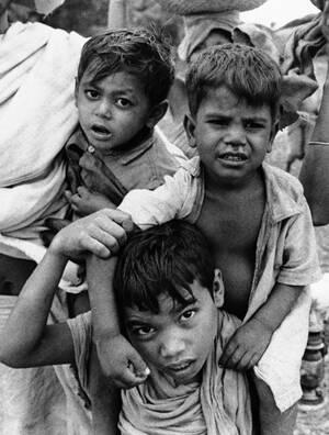 1971, Πακιστάν.  Ένα μικρό αγόρι κουβαλάει στην πλάτη του τον μικρότερο αδελφό του. Είναι πρόσφυγες που εγκαταλείπουν τη Μεχενπούρ, καθώς μαίνονται οι μάχες ανάμεσα σε αντάρτες του Μπαγκλαντές και του Πακιστανικόύ στρατού. Οι πρόσφυγες αναζητούν πιο ασφα
