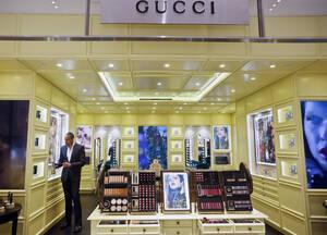 Ο οίκος Gucci πρόκειται να κατασκευάσει 1,1 εκατομμύρια μάσκες για να βοηθήσει την Ιταλία εν μέσω της έλλειψης ιατρικών προμηθειών. Επιπλέον, θα κατασκευάσει 55.000 νοσοκομειακές στολές για τον κορονοϊό, κατόπιν έγκρισης από τις ιταλικές ιατρικές αρχές. Η