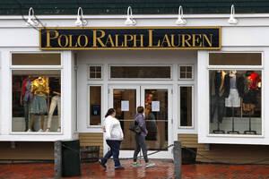 Σύμφωνα με τη διευθύντρια μόδας των New York Times, ο οίκος μόδας Ralph Lauren θα δωρίσει 10 εκατομμύρια δολάρια σε fund για την αντιμετώπιση του κορονοϊού αλλά και σε φιλανθρωπικά ιδρύματα. Επίσης, ο οίκος θα κατασκευάσει 250.000 μάσκες προσώπου και 25.0