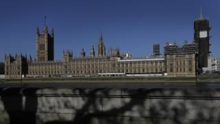 Κορωνοϊός: Δεν έχει τέλος το δράμα στη Βρετανία - Αναθεωρήθηκε προς τα πάνω ο απολογισμός νεκρών