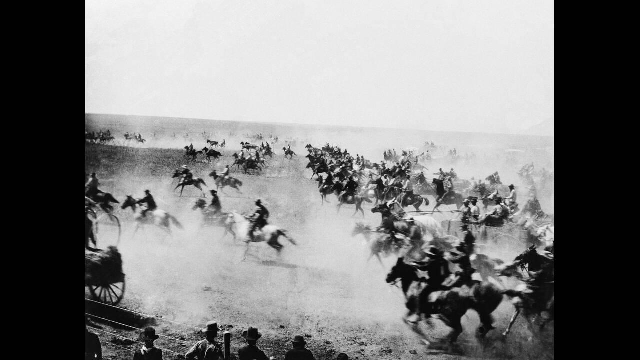 1889, Οκλαχόμα.  Λευκοί έποικοι εισβάλουν στην περιοχή των Ινδιάνων, στο σημείο που σήμερα βρίσκεται η πόλη της Οκλαχόμα.