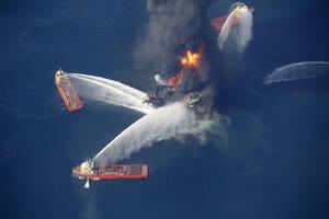 2010, Κόλπος του Μεξικό.  Η πλατφόρμα εξόρυξης πετρελαίου Deepwater Horizon φλέγεται περίπου 80 χιλιόμετρα νότια των ακτών της πολιτείας της Λουιζιάνα.