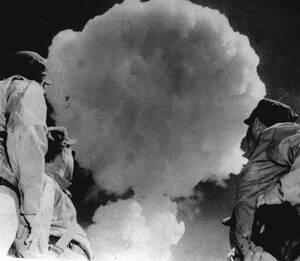 1952, Νεβάδα.  Αμερικανοί στρατιώτες κοιτούν το μανιτάρι από την ατιμική έκρηξη στη Γιούκα της Νεβάδα. Οι στρατιώτες στέκονται λιγότερα από 8 χιλιόμετρα από το σημείο της έκρηξης.