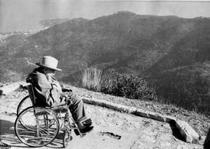 1963, γαλλική Ριβιέρα.  Ο Ουίνστον Τσόρτσιλ απολαμβάνει τη θέα και το αγαπημένο του πούρο, από την πόλη της Μεντόν, όπου βρίσκεται για διακοπές.