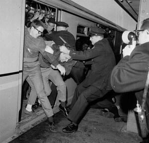 1964, Νέα Υόρκη.  Βίαια επεισόδια ξεσπούν στον υπόγειο σιδηρόδρομο της Νέας Υόρκης, όταν η αστυνομία συγκρούεται με νεαρούς που διαδηλώνουν υπέρ των δικαιωμάτων των μαύρων.