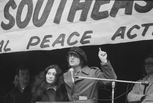 1972, Νέα Υόρκη.  Ο Τζον Λένον μιλάει σε μια συγκέντρωση υπέρ της ειρήνης και κατά του πολέμου του Βιετνάμ, στο πάρκο Μπράιαν στη Νέα Υόρκη. Στο πλευρό του, η σύζυγός του Γιόκο Όνο.