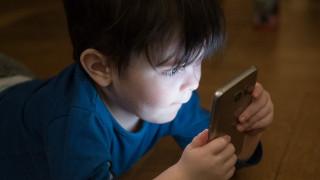 Έρευνα: Μεγαλύτερος κίνδυνος για εμφάνιση συμπτωμάτων αυτισμού σε μωρά που κάθονται μπροστά σε οθόνη