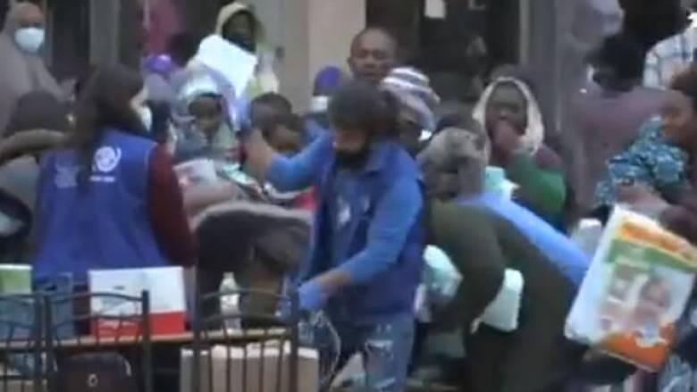 Κορωνοϊός: Θλιβερές εικόνες στο Κρανίδι - «Μάχη» για μια σακούλα με προμήθειες