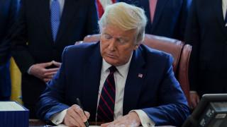 Κορωνοϊός: Ο Τραμπ υπέγραψε το διάταγμα με το οποίο αναστέλλεται η μετανάστευση στις ΗΠΑ