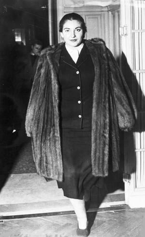1951, Μιλάνο.  Η Ελληνίδα ντίβα Μαρία Κάλλας, φεύγοντας από το ξενοδοχείο της στο Μιλάνο, την εποχή που ήταν ακόμα μια σχετικά άγνωστη σοπράνο.