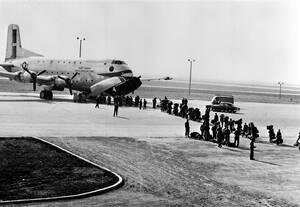 1954, Ορλί, Γαλλία.  Γάλλοι αλεξιπτωτιστές ετοιμάζονται να επιβιβαστούν σε αμερικανικό πολεμικό αεροσκάφος για να μεταβούν στην Ινδοκίνα, προκειμένου να ενισχύσουν την πολιορκημένη γαλλική φρουρά στο Ντιέν Μπιέν Φου.