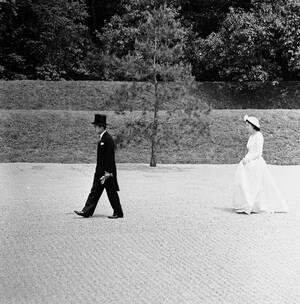 1959, Τόκιο.  Η πριγκίπισσα Μιτσίκο, ακολουθώντας παραδόσεις αιώνων, περπατάει πολλά βήματα πίσω απο το σύζυγό της, το διάδοχο του Ιαπωνικού Αυτοκρατορικού θρόνου, Ακιχίτο. Οι δύο τους έχουν παντρευτεί πρόσφατα, αλλά ακόμα και οι νιόπαντροι δεν τολμούν ν