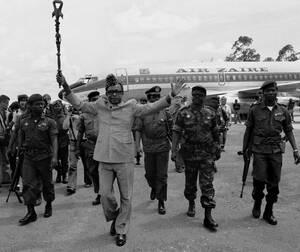 1977, Ζαίρ.  Ο Πρόεδρος του Ζαΐρ, Μομπούτου Σέσε Σέκο κατεβαίνει από το προσωπικό του αεροπλάνο, στο Κολβέζι του Ζαίρ. Ο Μπομπούτου, που ανέβηκε στην εξουσία το 1960, αντιμετωπίζει πλέον καθημερινά την απειλή των ανταρτών που έχουν πάρει τον έλεγχο των α