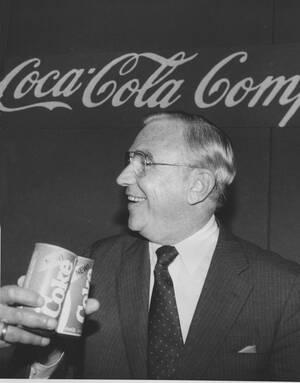 1985, Νέα Υόρκη.  Ο Roberto Goizueta, CEO της  Coca-Cola Co., παρουσιάζει μια  Coca-Cola με νέα γεύση. Το διάσημο αναψυκτικό δεν έχει αλλάξει τη μυστική συνταγή του ποτέ, από τη μέρα που παρουσιάστηκε για πρώτη φορά, το 1886.