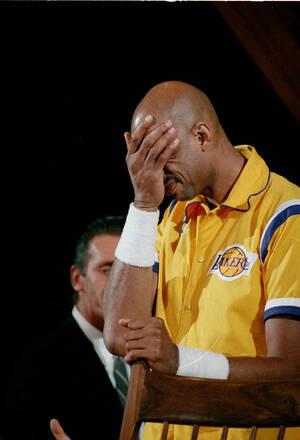 1989, Ίνγκλγουντ, Καλιφόρνια.  Ο σταρ των Los Angeles Lakers, Καρίμ Αμπντούλ Τζαμπάρ καλύπτει τα μάτια του κατά τη διάρκεια μιας τελετής προς τιμήν του, πριν το τελευταίο του παιχνίδι. Ο Τζαμπάρ αποσύρεται από το ΝΒΑ, μετά από 20 χρόνια.