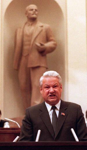 1990, Μόσχα.  Ο Ρώσος Πρόεδρος Μπόρις Γιέλτσιν φωτογραφίζεται στο Κρεμλίνο. Ο Γιέλτσιν ήταν ο άνθρωπος που οδήγησε τη Ρωσία στη μετα-κομμουνιστική εποχή. Πέθανε, σε ηλικία 76 ετών, στις 23 Απριλίου 2007.