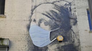 Πιο επίκαιρο από ποτέ: Γκραφίτι του Banksy απέκτησε μάσκα προστασίας από τον κορωνοϊό