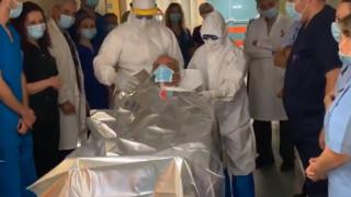 Κορωνοϊός: Χειροκροτήματα και χαμόγελα στο νοσοκομείο της Λάρισας - Αποσωληνώθηκαν τρεις ασθενείς