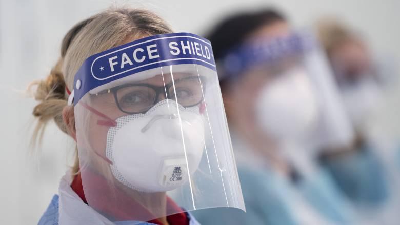 Κορωνοϊός Βρετανία: Στη δικαιοσύνη προσφεύγουν γιατροί για τις ελλείψεις εξοπλισμού