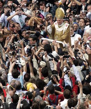 2005, Βατικανό.  Ο Πάπας Βενέδικτος ο 16ος, χαιρετά το πλήθος, κατά τη διάρκεια της ενθρόνισής του.