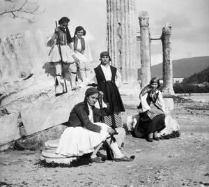 1935, Αθήνα.  Μέλη της Οργάνωσης για την βοήθεια προς τους πρόσφυγες από τη Μέση Ανατολή, δίνουν μια παράσταση με παραδοσιακούς ελληνικούς χορούς προκειμένου να συγκεντρώσουν χρήματα για τους πρόσφυγες της Μικρασιατικής καταστροφής.