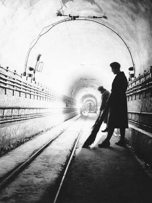 1940, γραμμή Μαζινό.  Γάλλοι στρατιώτες σκουπίζουν μια υπόγεια σήραγγα.