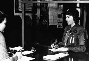 1942, Λονδίνο. Η πριγκίπισσα Ελισάβετ, με στολή Οδηγού, κατατάσσεαι μαζί με περίπου 200.000 άλλα χρονα κορίτσια προκειμένου να βοηθήσει την πολιτική άμυνα της Βρετανίας.