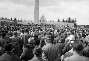 1965, Μπέργκεν Μπέλσεν. Περίπου 5.000 πρώην κρατούσμενοι συγεκντρώνονται στο πρώην στρατόπεδο συγκέντρωσης του Μπέργκεν Μπέλσεν, σε ανάμνηση της ημέρας που τα συμμαχικά στρατεύματα τους απελευθέρωσαν.
