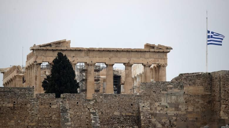Γιατί ήταν αναμενόμενη η υποβάθμιση του outlook - Ασπίδα για την Ελλάδα «μαξιλάρι» ασφαλείας και ΕΚΤ