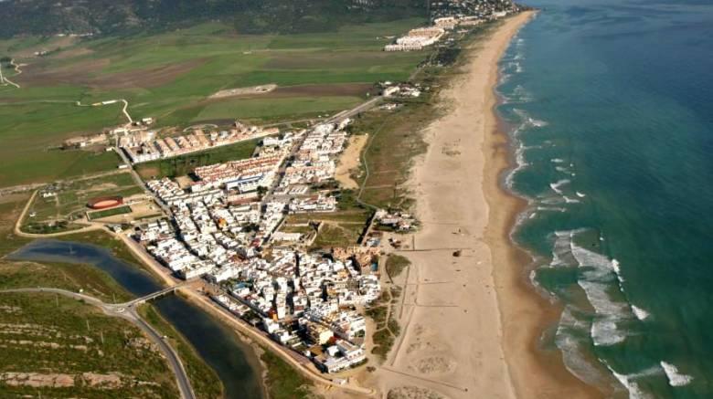 Κορωνοϊός – Ισπανία: Οργή για την απόφαση αξιωματούχων να ψεκάσουν με χλωρίνη παραλία