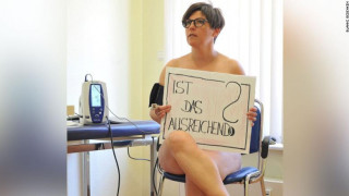Γερμανοί γιατροί ποζάρουν γυμνοί διαμαρτυρόμενοι για τις ελλείψεις στα νοσοκομεία