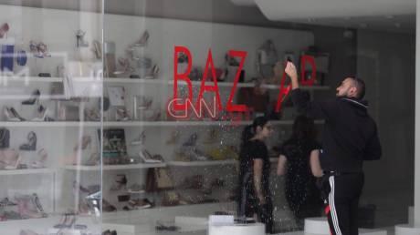 Κορωνοϊός: Πυρετώδεις προετοιμασίες για το άνοιγμα των μαγαζιών στο κέντρο της Αθήνας