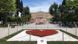 Πρωτομαγιά: Μία... καρδιά από γαρύφαλλα στο κέντρο της πλατείας Συντάγματος