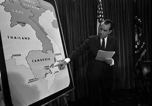 1970, Ουάσινγκτον.  Ο Αμερικανός Πρόεδρος Ρίτσαρντ Νίξον στον Λευκό Οίκο, έχει μόλις ανακοινώσει ότι αμερικανικά στρατεύματα χτύπησαν θέσεις κομμουνιστών στην Καμπότζη.