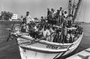1980, Κι Γουέστ, Φλόριντα.  Μια βάρκα γεμάτη με πρόσφυγες φτάνει από την Κούβα στη ναυτική βάση στα Κι Γουέστ της Φλόριντα, Ο Πρόεδρος Κάρτερ έχει ανακοινώσει ότι οι Κουβανοί που θέλουν να φύγουν από τη χώρα τους για πολιτικούς λόγους είναι ευπρόσδεκτοι