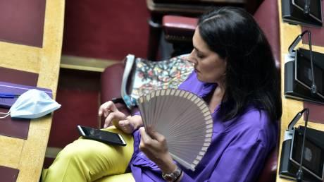 Κορωνοϊός - Βουλή: Αποστάσεις ασφαλείας, μάσκες και… βεντάλιες