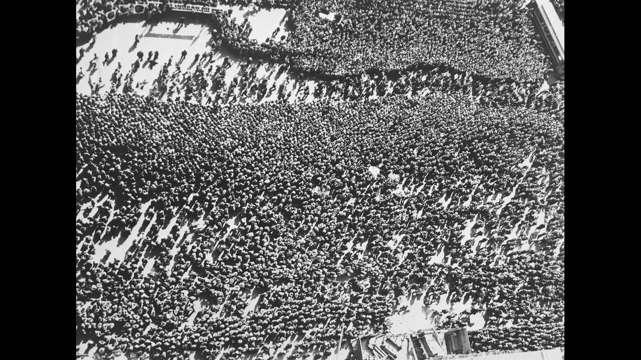 1935, Νέα Υόρκη.  Περισσότεροι από 60.000 κομμουνιστές διαδηλώνουν για την Εργατική Πρωτομαγιά στη Γιούνιον Σκουέαρ της Νέας Υόρκης. Η διαδήλωση έγινε χωρίς να σημειωθούν επεισόδια.