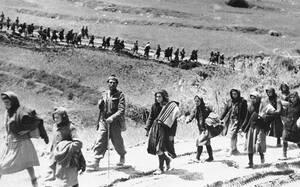 1948, όρος Γκιώνα.  Ελληνίδες αντάρτισσες που περικυκλώθηκαν από τις κυβερνητικές δυνάμεις, οδηγούνται για ανάκριση. Στην εαρινή αυτή επίθεση στην Κεντρική Ελλάδα, ο Ελληνικός στρατός διατείνεται ότι προκάλεσε πάνω από 1.000 απώλειες στις δυνάμεις των αν