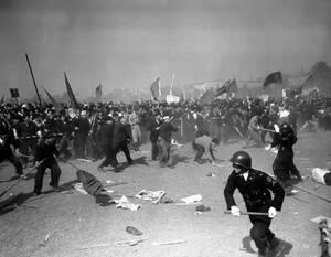 1952, Τόκιο.  Διαδηλωτές πετούν πέτρες στις δυνάμεις της αστυνομίας, κατά τη διάρκεια επεισοδίων που ξέσπασαν στους εορτασμούς της Εργατικής Πρωτομαγιάς.
