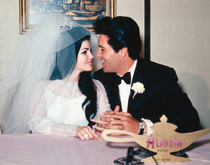 1967, Λας Βέγκας.  Ο τραγουδιστής Έλβις Πρίσλεϊ και η Πρισίλα Μπολιέ στο ξενοδοχείο Αλαντίν, στο Λας Βέγκας, λίγο μετά το γάμο τους.