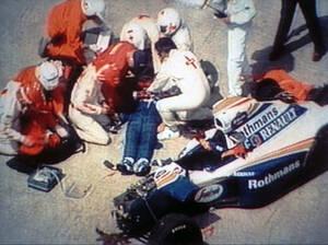 1994, Ίμολα.  Τα συνεργεία διάσωσης προσπαθούν μάταια να δώσουν τις πρώτες βοήθειες στον Άιρτον Σένα, το αυτοκίνητο του οποίου μόλις έχει χτυπήσει στον τοίχο του σιρκουί. Λίγο αργότερα διαπιστώθηκε ο θάνατός του.