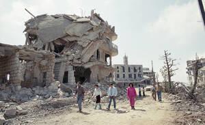 1990, Βηρυτός.  μετά από τρεις μήνες συγκρούσεων, ανάμεσα στις κυβερνητικές δυνάμεις και τους αντάρτες του Στρατηγού Αούν, η Βηρυτός είναι γεμάτη ερείπια και περισσότεροι από 900 άνθρωποι έχουν χάσει τη ζωή τους.
