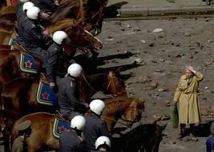 1993, Μόσχα.  Μια ηλικιωμένη γυναίκα στέκεται αποσβολωμένη καθώς απέναντί της βρίσκονται έφιπποι αστυνομικοί. Στη διάρκεια των διαδηλώσεων, φιλο-κομμουνιστές άρχισαν να πετούν πέτρες στην αστυνομία, όταν τους απαγορεύθηκε να κάνουν πορεία προς την Κόκκιν