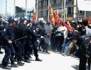 1977, Κωνσταντινούπολη. Κατά τη διάρκεια της διαδήλωσης για την εργατική Πρωτομαγιά, άγνωστοι ανοίγουν πυρ εναντίον του πλήθους, με συνέπεια να σκοτωθούν 37 άτομα. Το 1996, πάλι κατά τη διάρκεια της διαδήλωσης της Πρωτομαγιάς (απ' όπου και η φωτογραφία) α