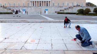 Πρωτομαγιά: Αυτοκόλλητα για την τήρηση των αποστάσεων λόγω κορωνοϊού κόλλησε το ΠΑΜΕ
