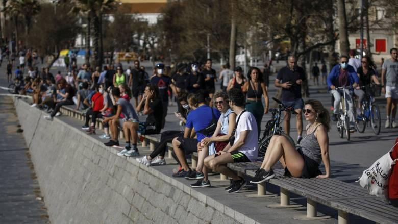Κορωνοϊός: Νέα μείωση των νεκρών στην Ισπανία - Στους δρόμους μετά από 49 ημέρες