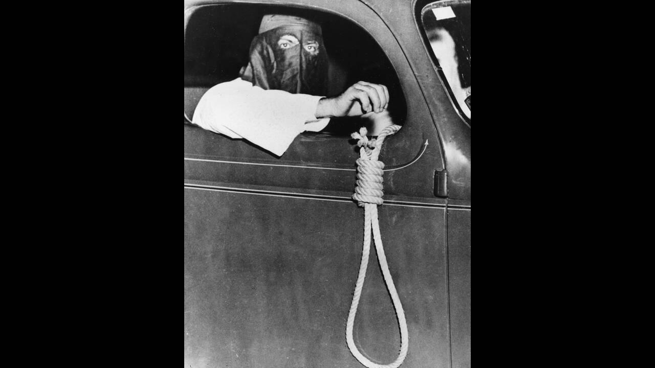 1939, Μαϊάμι.  Ένα μέλος της Κου Κλουξ Κλαν βγάζει από το αυτοκίνητο μια αγχόνη. Η κίνηση είναι μέρος των απειλών που δέχτηκαν οι μαύροι προκειμένου να μην πάνε να ψηφίσουν. Τελικά, παρά τις απειλές, 616 μαύροι άσκησαν το δικαίωμά τους.